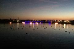 schwimmende Kerzen auf dem See Grasduin
