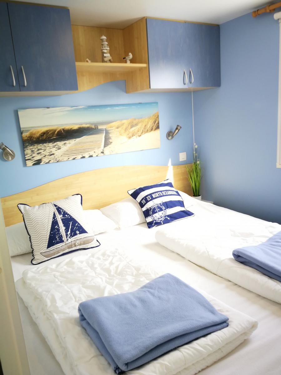Schlafzimmer mit Boxspringbett (180x200)
